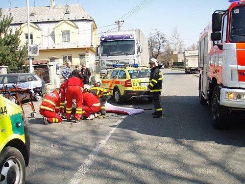 Nehoda v krnovské části Pod Cvilínem se stala po jedenácté hodině. Nákladní automobil se střetl s cyklistkou, vezoucí mléko, její kolo skončilo pod vozidlem.
