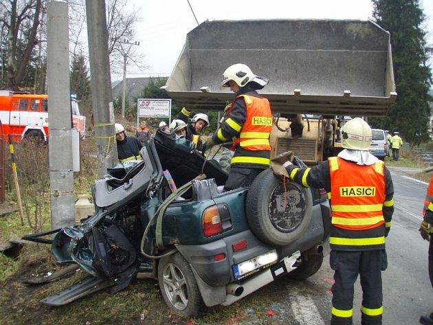 Dvě jednotky hasičů zasahovaly v úterý odpoledne v Heřmanovicích u nehody osobního automobilu Toyota RAV4. Museli vyprostit obtížně zaklíněného řidiče vozidla, které skončilo ve sloupu.
