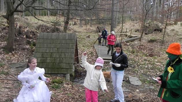 Jarní Putování po studánkách se v Krnově poprvé uskutečnilo loni v rámci kampaně Město mezi řekami. Účastníkům se líbilo, když přes nepřízeň počasí v sobotu přišlo na druhý ročník okolo dvou set návštěvníků.