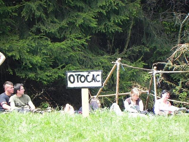 Přes pět desítek military a airsoft nadšenců se o víkendu vypravilo do Holčovic. Na loukách za školou probíhala bitva, kterou inspirovaly skutečné boje během občanské války v Jugoslávii.