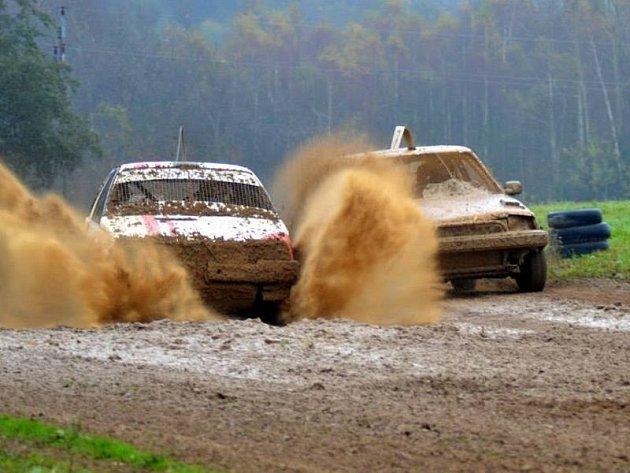 Poslední závod sezony připravil pro účastníky velice obtížnou trať, plnou bahna a kaluží. Jezdci se s tím museli poprat. Na snímku průjezd vozů cílovou rovinkou.