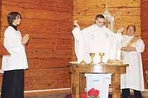 Mše v dřevěném kostele v Podlesí jsou součástí každoročních oslav výročí založení terapeutické komunity Pastor Bonus. Na snímku mše z roku 2012. Dřevěný kostel Dobrého Pastýře v Podlesí se stal inspirací i pro název komunity.