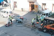 O opravy výtluků asfaltem se starají v Bruntále pracovníci místních technických služeb. Po letošní tuhé zimě měli skutečně co lepit.