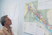 Starosta Nových Heřminov Radek Sijka představuje územní plán obce, ve kterém není zapracována přehradní nádrž ani přeložka silnice z Krnova do Bruntálu.