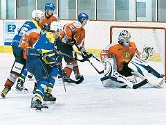 Hokejisté Krnova náskok soupeře z první třetiny nedotáhli. Na snímku se pokouší o zteč třetí útočná formace.