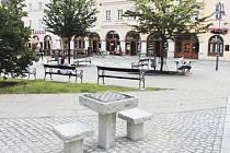 Šachový stolek v centru Krnova čeká na první šachisty.
