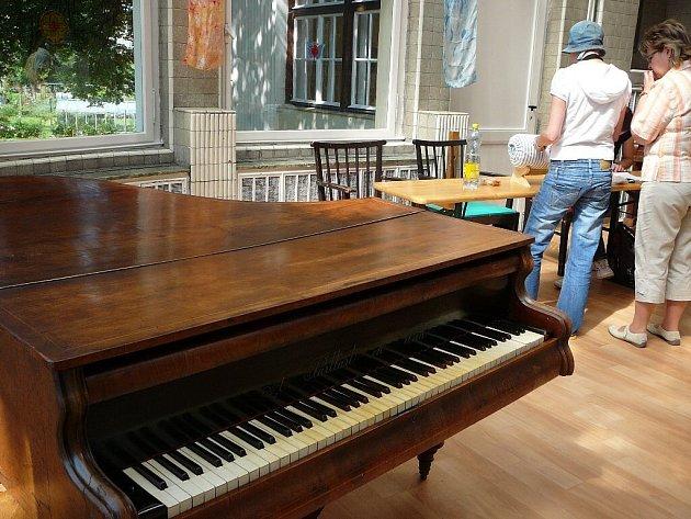 Klavír daroval do vily Ladislav Charvát z Kostelce.