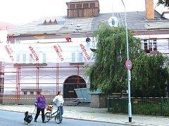 Novou střechu krnovského divadla dodala v roce 2006 místní firma Bosta. Moc dlouho nevydržela firma ani střecha. Bosta už zanikla a dešťová voda páchá v divadle značné škody.