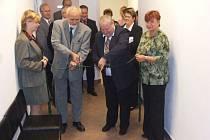 Rok 2006: tehdejší starosta Krnova Josef Hercig (druhý zleva) s velkou slávou otevírá krnovskou pobočku Okresní správy sociálního zabezpečení (OSSZ).