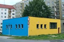 Veřejné WC v Krnově má za sebou první rok provozu. Fasáda je vyvedena pěkně v městských barvách. Loni služby veřejných záchodků využilo 3545 občanů.