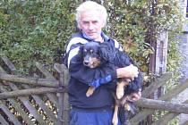 Plachý kříženec měl neuvěřitelné štěstí. Po půlroce toulání v lesích kolem Holčovic se ho podařilo odchytit. V rodině svého zachránce Karla Koutného našel nový domov i odbornou péči. Dostal jméno Bary.
