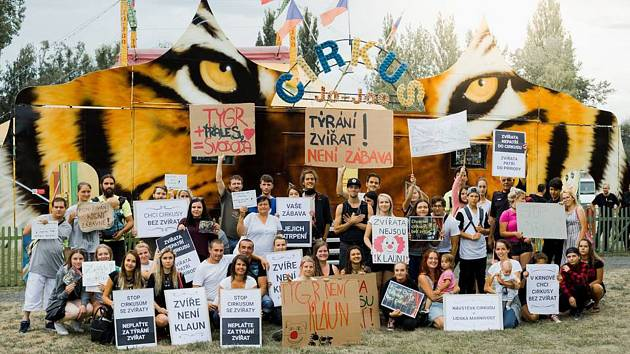 Cirkus JOO v Krnově navštívili nejen diváci, ale také demonstranti, kteří požadují zákaz vystupování volně žijících zvířat v cirkusech.