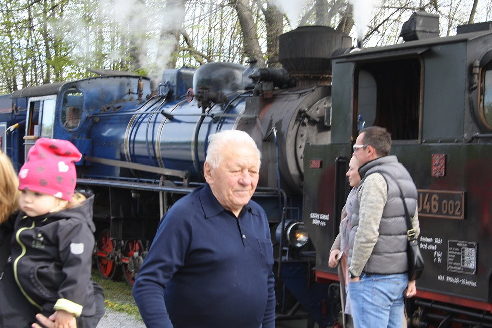 Jan Dokládal býval náčelníkem krnovského Depa v době, kdy pod něj patřila také úzkokolejka Osoblažka. Fotoreportáž ho zachytila v roce 2017, když jako důchodce přijel do Třemešné na zahájení sezony parních vlaků vzpomínat a setkat se s kolegy železničáři.
