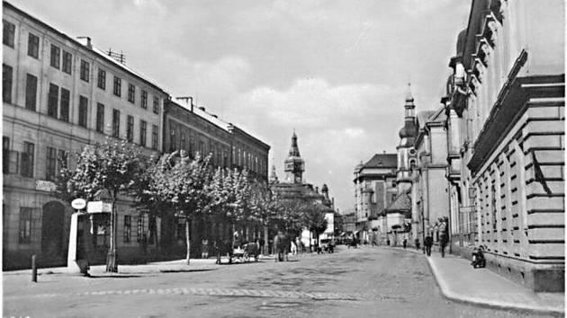 Dobový pohled na náměstí Minoritů. Vpravo pošta, vlevo v popředí benzinové čerpadlo.