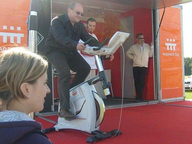 Ladislav Václavec, ředitel krnovské nemocnice, se zapojil do celostátního projektu Oranžové kolo. Za peníze, které poskytla nadace ČEZ krnovské nemocnici na základě úsilí jezdců na rotopedech, bude vyzdobeno dětské oddělení.