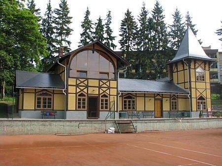 Budova, která tvoří zázemí tenisových kurtů v Bruntále, je opravena.
