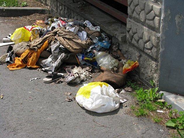 Smetí, které někdo pohodil na ulici U Potoka v Bruntále.