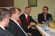 Pracovník Městského úřadu v Bruntále pro záležitosti minoritních skupin obyvatelstva Jozef Baláž (vpravo) seznamuje velvyslance USA Richarda Grabera (druhý zprava) se zaměstnáváním Romů.