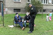 Bezdomovci trápí obyvatele Jesenické ulice v Bruntále. Vysedávají a popíjejí alkohol tam, kde si kvůli nim nemohou děti pohrát na pískovišti ani průlezkách.