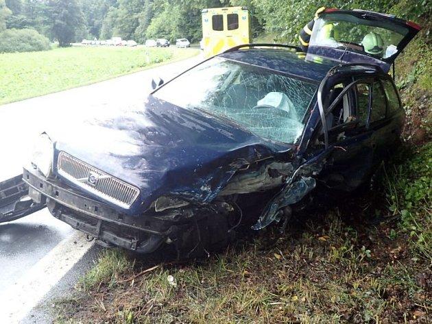 Pět lidí se vneděli zranilo při čelním střetu dvou osobních automobilů vJiříkově. Mezi zraněnými byly tři děti.