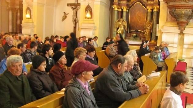 V poutním chrámu Panny Marie Sedmibolestné na Cvilíně proběhla ve středu za velkého zájmu věřících slavnostní mše. Touto bohoslužbou byla oficiálně zahájena letošní poutní sezóna.