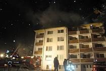 Deset jednotek hasičů zasahovalo v sobotu v noci ve Vrbně pod Pradědem u požáru devíti menších bytů ve čtyřpodlažním domě. Jednu osobu nalezli hasiči bez známek života.