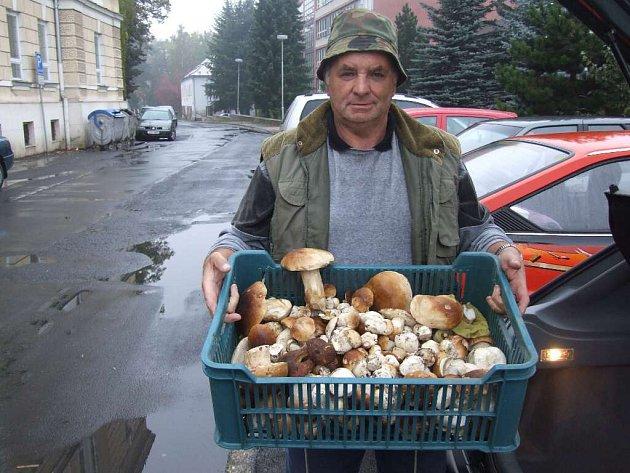 Plnou bednu hříbků si donesl z lesa houbař a rybář Jan Mader z Milotic nad Opavou.