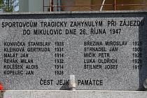 POMNÍK před kostelem v Jindřichově připomíná tragédii, která se odehrála 26. října 1947 při cestě jindřichovského fotbalového týmu na přátelské utkání do Mikulovic.