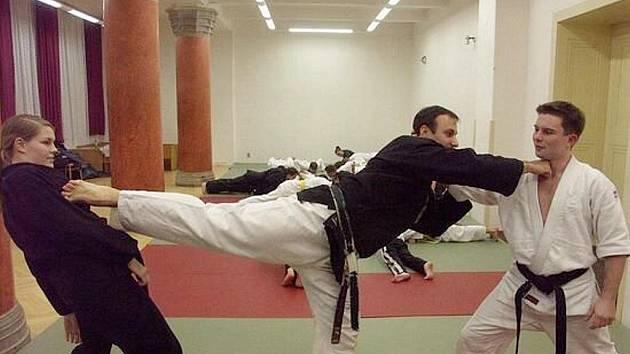 Bojová umění slouží především k sebeobraně. Renshi Petr Hermann demonstruje obranu proti dvěma útočníkům.