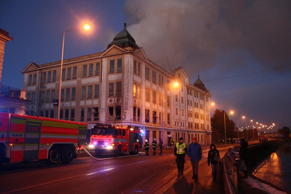 Požár národní kulturní památky v Krnově - budovy bývalé textilky Karnola.