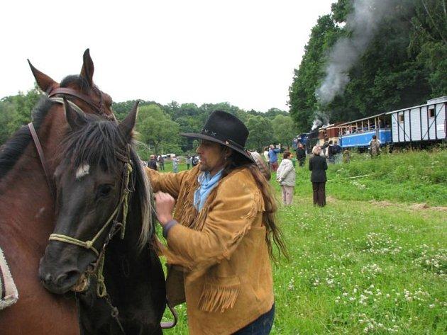 Vlak na Osoblažce v minulosti přepadávali hlavně westernoví desperáti na koních. V sobotu 6. června se úzkokolejky zmocní Indiáni a koloběžkáři.