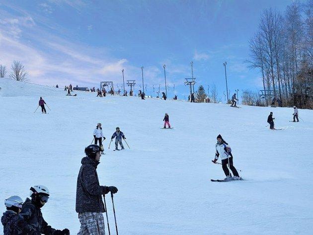 Ve Ski Karlov v Karlově pod Pradědem se daří udržovat sněhovou pokrývku po celou letošní zimní sezonu. I tam ale potřebují přisněžovat.