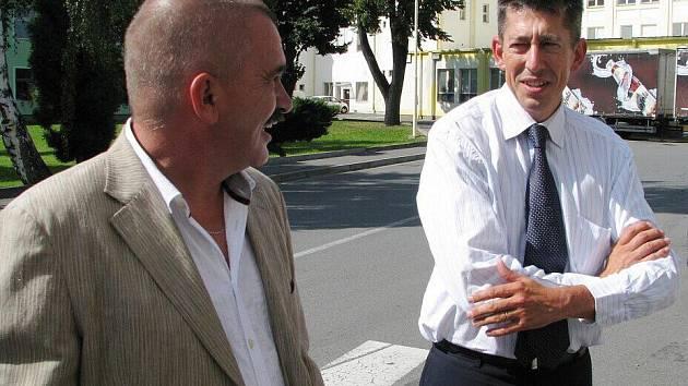 Návštěva z Francie. Náš okres navštívil rada velvyslance Francie v České republice Nicolas de Lacoste (vpravo). Pozval jej senátor Jiří Žák (vlevo). Francouzský diplomat si prohlédl mimo jiné areál krnovské firmy Kofola.
