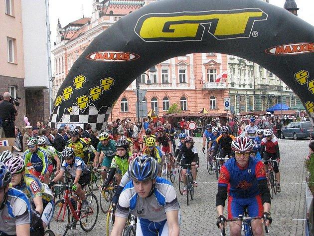 Rozruch na startu 25. ročníku cyklistického závodu O cenu Krnova vyvolal recesista na archaickém kole Ukrajina, který se rozhodl zamíchat mezi dvě stovky trénovaných cyklistů. Vystartoval z Hlavního náměstí společně se závodníky.
