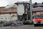 Z neděle na pondělí došlo v areálu Hedvy v Rýmařově k požáru střechy haly nad peci pro zpracování hliníku. Ráno už to vypadalo, že je oheň uhašený, ale kolem 12 hodin došlo k opětovnému rozhoření. Foto: Miroslav Škoda