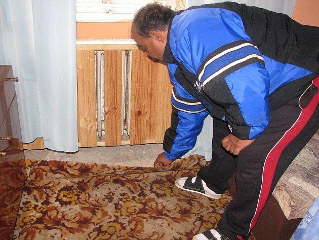 Nájemníci bytu v Úvalně si stěžovali na havarijní stav objektu, vlhkost, plíseň i problémy s topením.