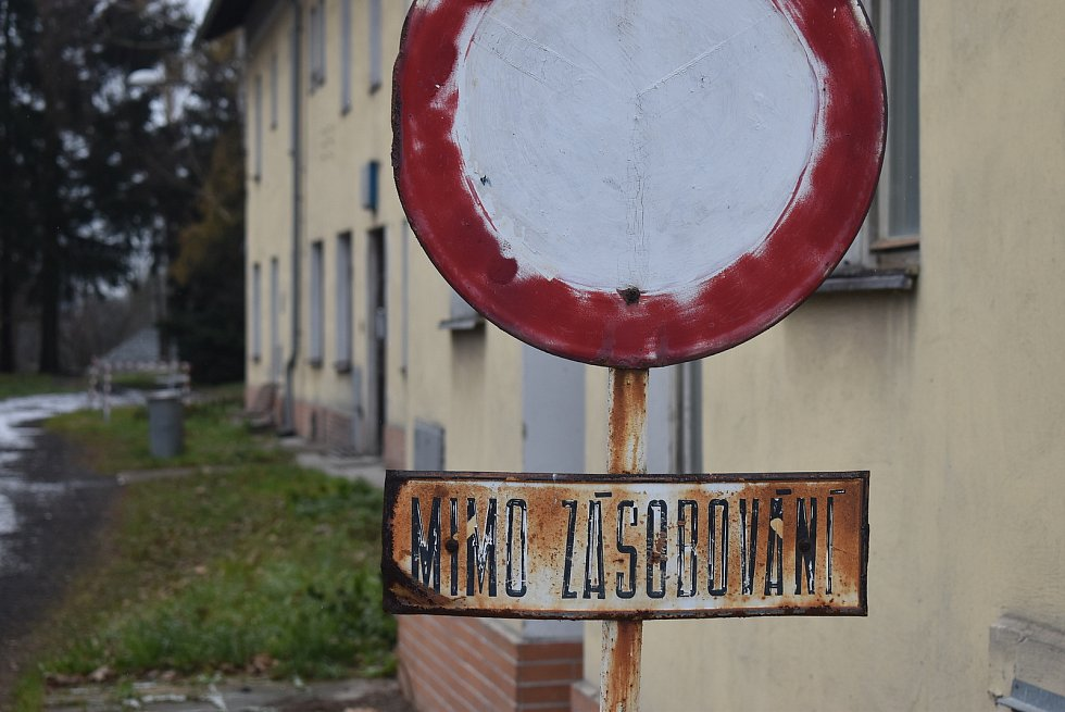 Na nádraží ve Valšově jsou čtyři drážní byty. Nájemníci, zastupitelé i starostka Valšova byli nepříjemně zaskočeni, když v roce 2017 zjistili, že slíbená rekonstrukce nádraží znamená demolici všech bytů.