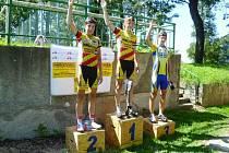 Mladí cyklisté si stupně vítězů užívali s rukama nad hlavou.