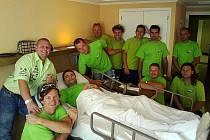 Dalším pacientem je navigátor Jarda Lamač, okolo jeho postele celý CDT.