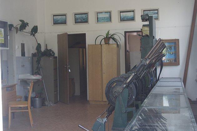 Na nádraží vBranticích už 80let funguje německé zabezpečovací zařízení Einheit. Včervenci Brantice dostanou nové moderní zabezpečení a současně začne náročný transport unikátního Einheitu do železničního muzea vOstravě.