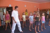 Krnovské gymnastky si v rámci podařeného soustředění mohly zacvičit také s korejským mistrem taekwonda a dále pilovaly své dovednosti na svých obvyklých nářadích.