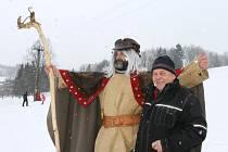 Řezbář Jiří Halouzka dědy Pradědy nejen vyřezává, on Praděda také představuje v kostýmu, ušitém podle starých legend.