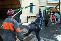 Spolek Přátelé Vrbenska na sklonku týdne převážel potřebný materiál ze zámečku Grohmann na náměstí Sv. Michala.