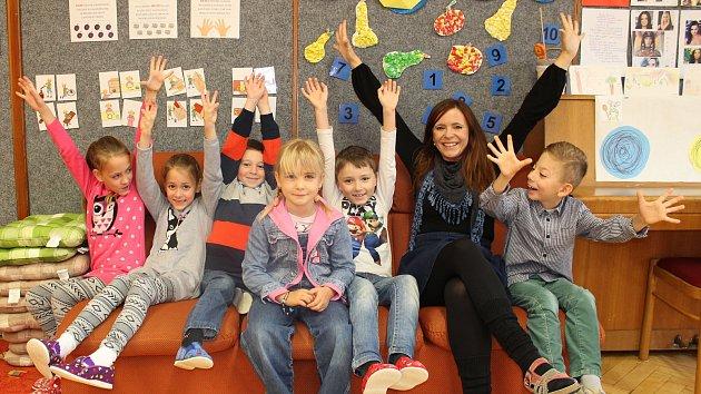 Prvňáčci ze Základní školy a Mateřské školy Úvalno se svou třídní učitelkou Zdeňkou Kolářovou.