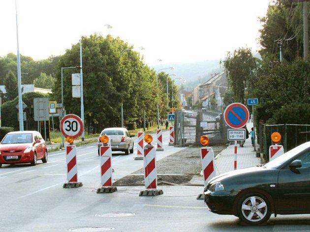 Zvýšenou pozornost řidičů i cyklistů vyžaduje projetí křižovatky ulic Partyzánů a Bruntálská v Krnově. Probíhá zde rekonstrukce zastaralé kanalizace.
