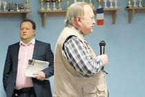 Mikrofon drží Jaromír Vinkler, iniciátor Petice za vodu. Přes 3300 signatářů této petice požaduje okamžité odvolání předsedy dozorčí rady KVaK Jakuba Horáčka, který stojí za ním.