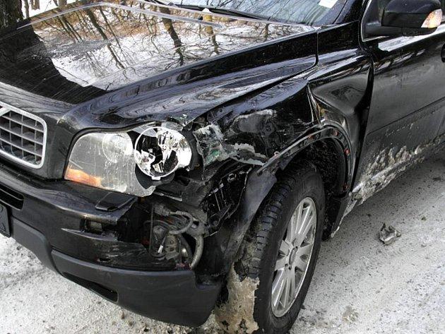 Dvě Volva, osobní a nákladní, se nevyhnula 15. ledna v 8.15 hodin ráno na zúžené silnici z Rudné pod Pradědem na Podlesí.