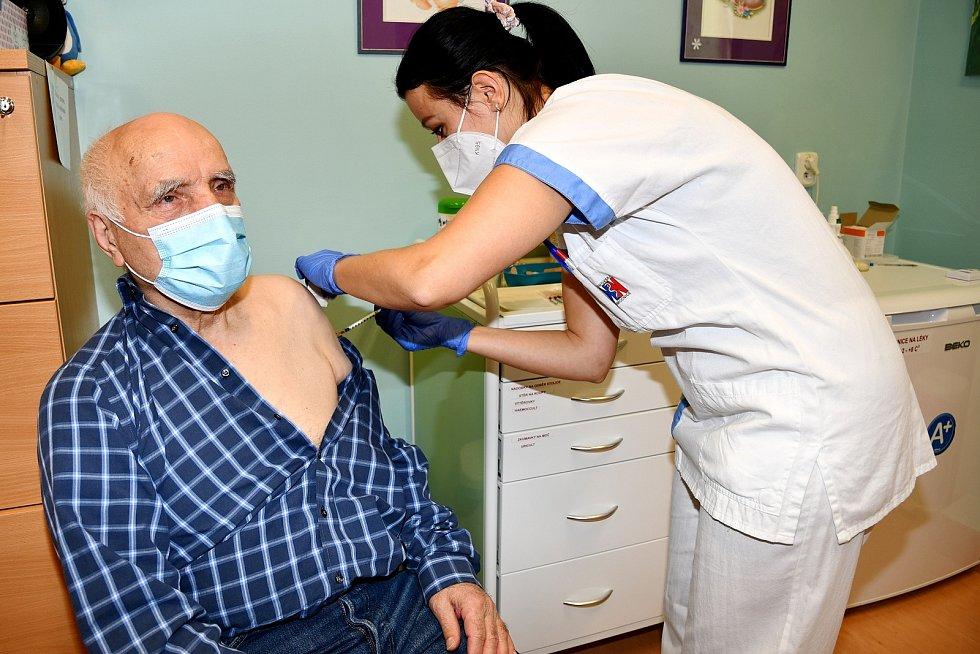 Anthanasios Zimgopis byl mezi prvními seniory, kteří podstoupili očkování v krnovské nemocnici. Lékařka Marie Žaloudíková mu vysvětlila všechno, co s očkováním souvisí.