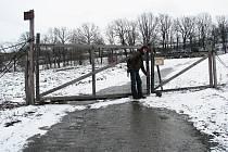 Po této silničce celá desetiletí chodili Krnované na výlety směrem k letišti. V březnu 2008 se zde ale objevil plot, uzamčená brána a nápis, že se jedná o soukromý pozemek.