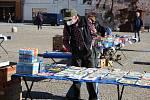 Bruntálské náměstí oživily tradiční trhy, a také řada obchůdků už má zase otevřeno.  Lidé důsledně nosí roušky a snaží se dodržovat rozestupy. Současně si užívají jarního sluníčka a snaží se zapomenout na koronavirus.